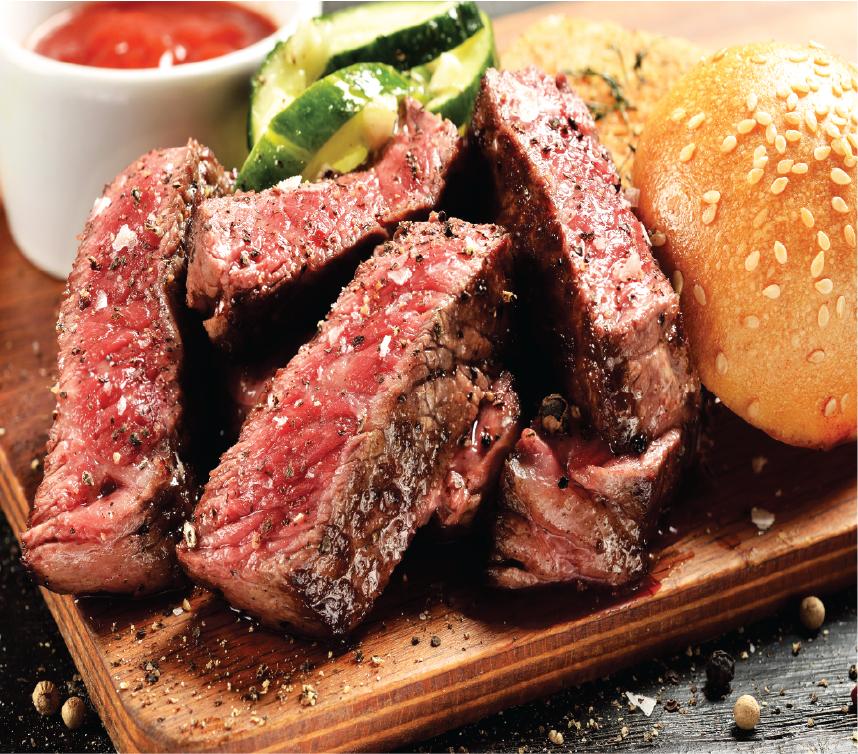 Trang trí đĩa thịt với súp lơ, cà rốt và khoai tây chiên. Ăn ngay khi nóng kèm bánh mì.