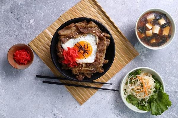 Cơm bò Gyudon kiểu Nhật hấp dẫn chuẩn vị